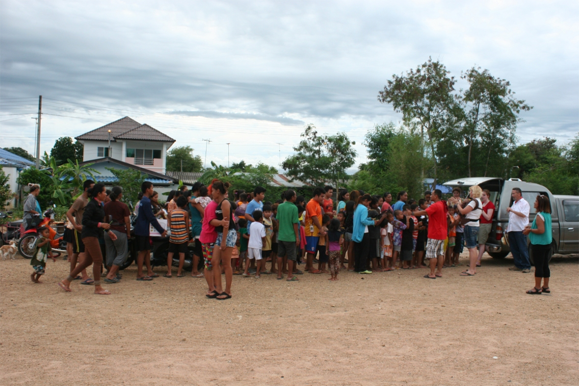 food_line_pattaya_slum_Ministries